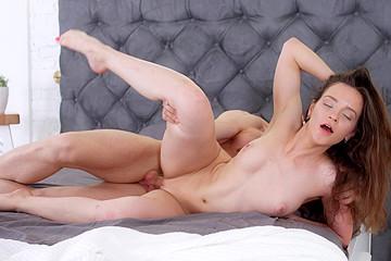Skinny Hottie Gets Turned on in Shower